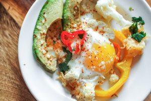 Кето завтрак: Яичница с овощами и сыром