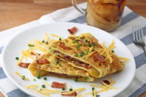 Кето завтрак: Омлет с беконом и сыром
