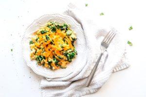 Кето-скрэмбл со шпинатом и сыром