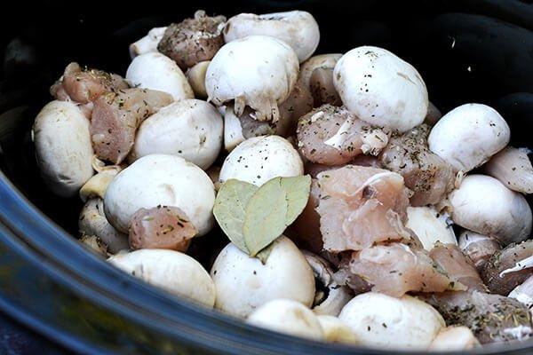 Кето-обед: тушеные грибы с курицей