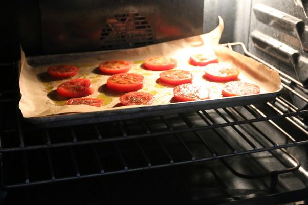 Тарталетки с помидорами и козьим сыром