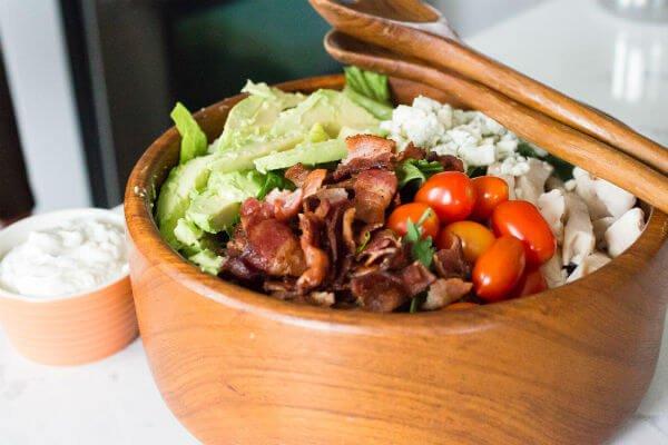 Овощной салат с беконом и сыром
