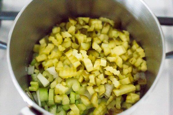 Сливочный суп с беконом и солеными огурцами