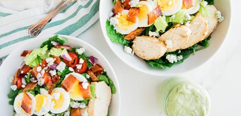 Кето-салат с курицей, сыром и овощами