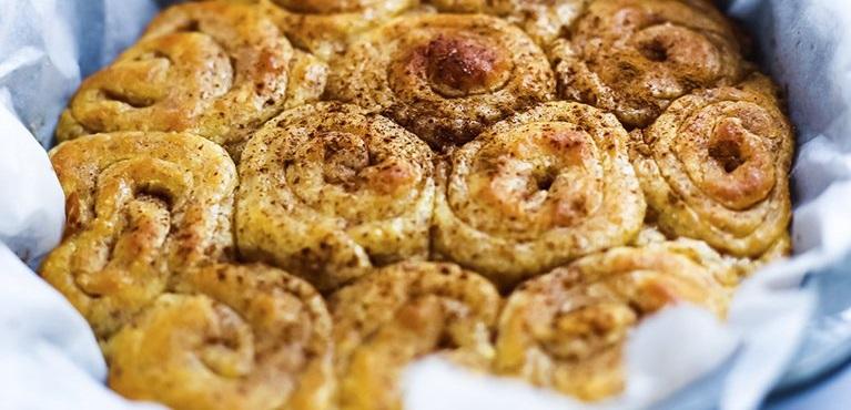 Домашние булочки с корицей и сливочным сыром
