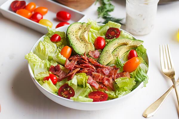 Салат из авокадо и черри с луковым соусом