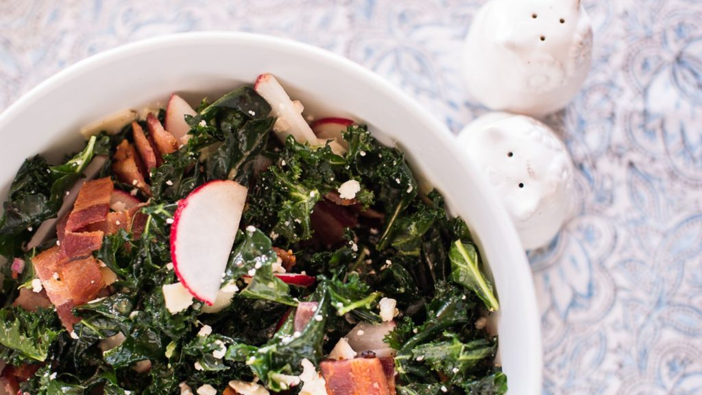 Кето-салат с овощами, сыром и беконом