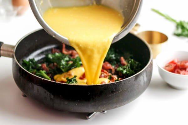 Сырная фриттата с беконом и овощами