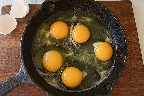 Запеченные яйца со свиными колбасками