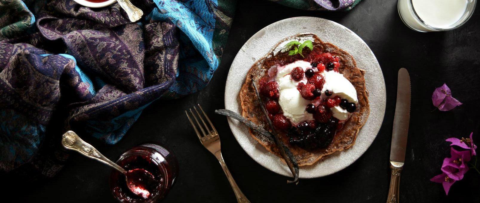 Кето-блинчики с ягодами и греческим йогуртом
