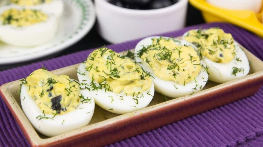 Фаршированные яйца с сыром и оливками