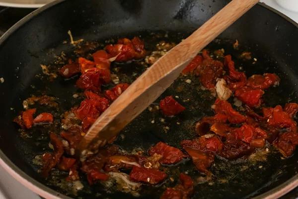 Куриные бедра в сливочно-томатном соусе