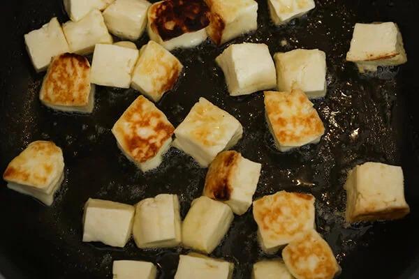 Салат из жареной тыквы и сыра халлуми