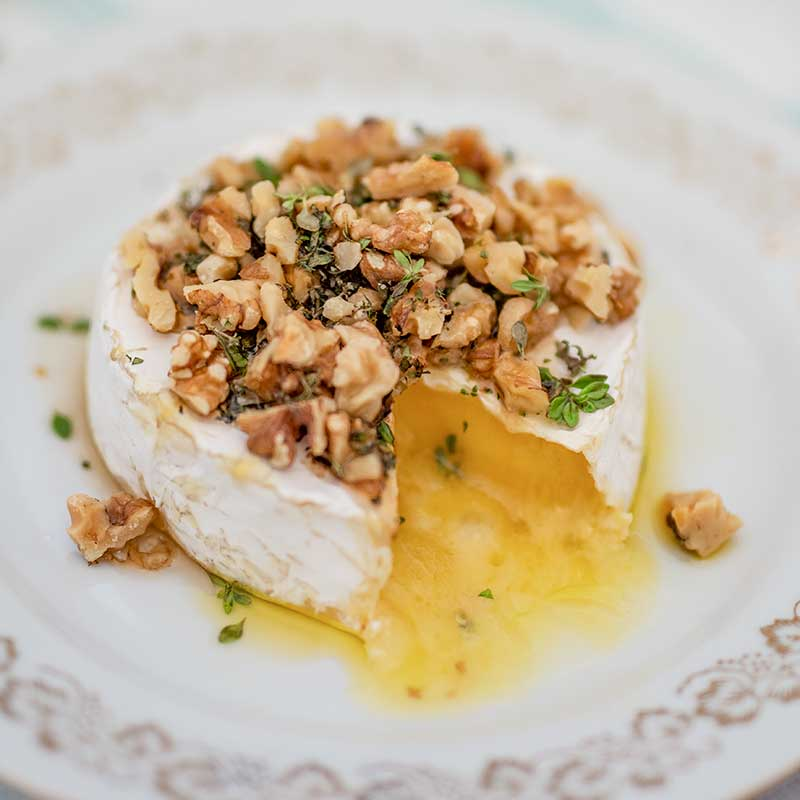 Запеченный сыр бри с грецкими орехами и кленовым сиропом