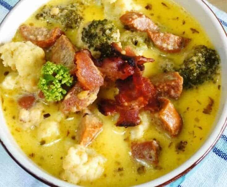 Сырный суп из цветной капусты с колбасками
