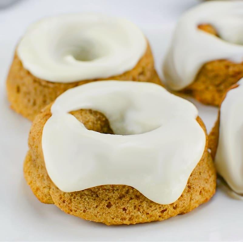 Глазированные пончики с корицей