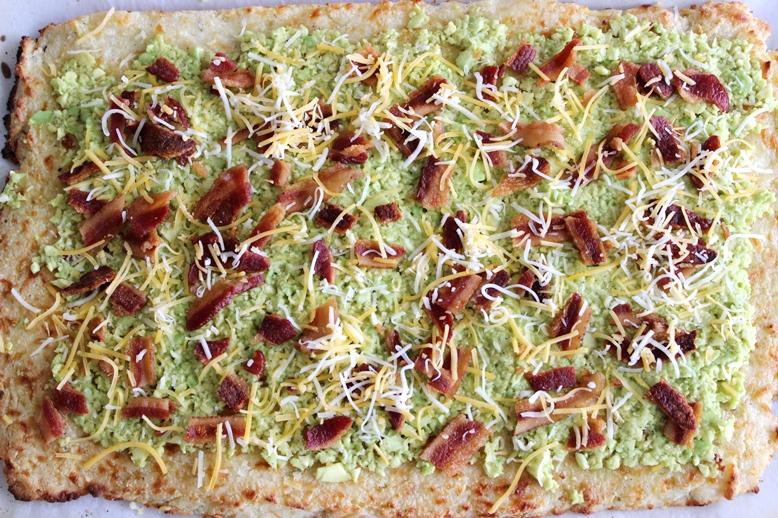 Пицца с авокадо и сыром