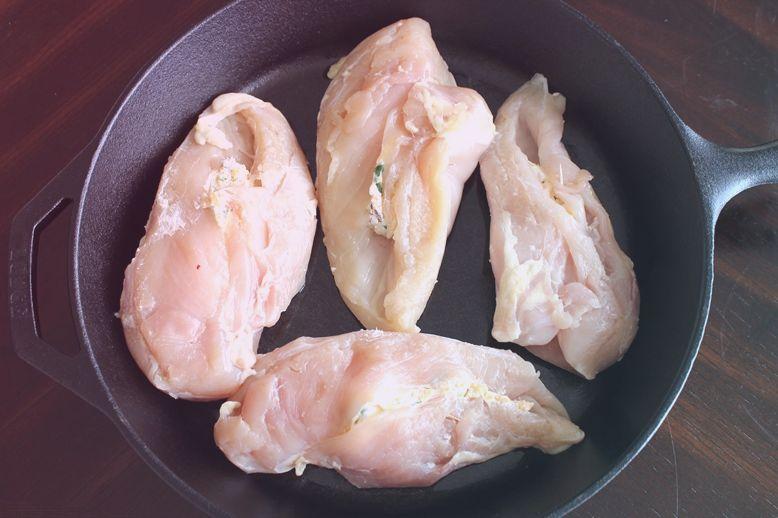 Фаршированные куриные грудки с халапеньо