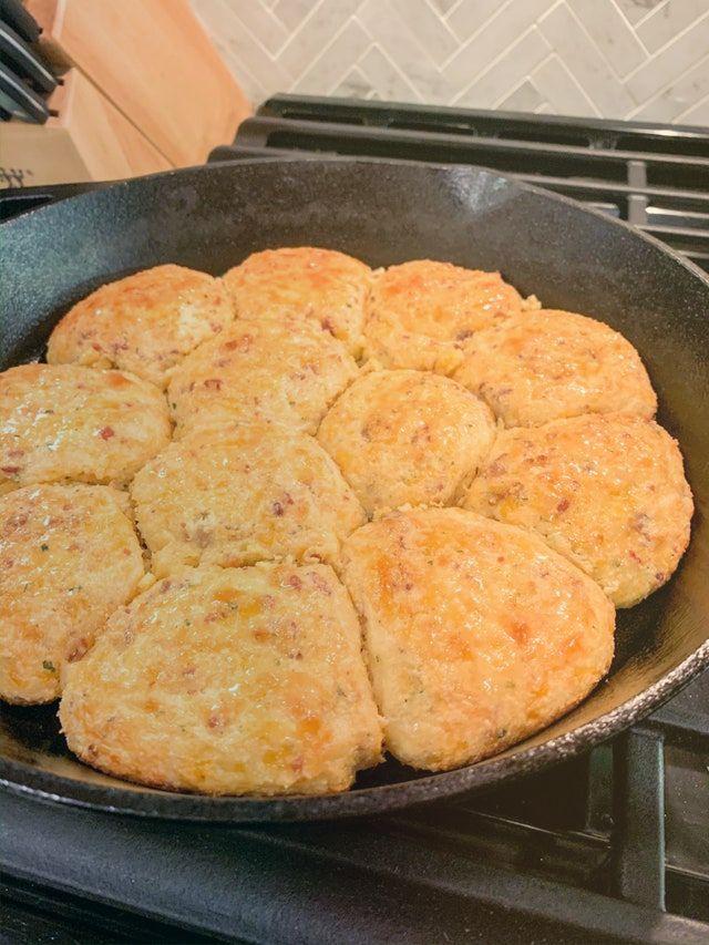 Миндальное печенье с беконом и сыром