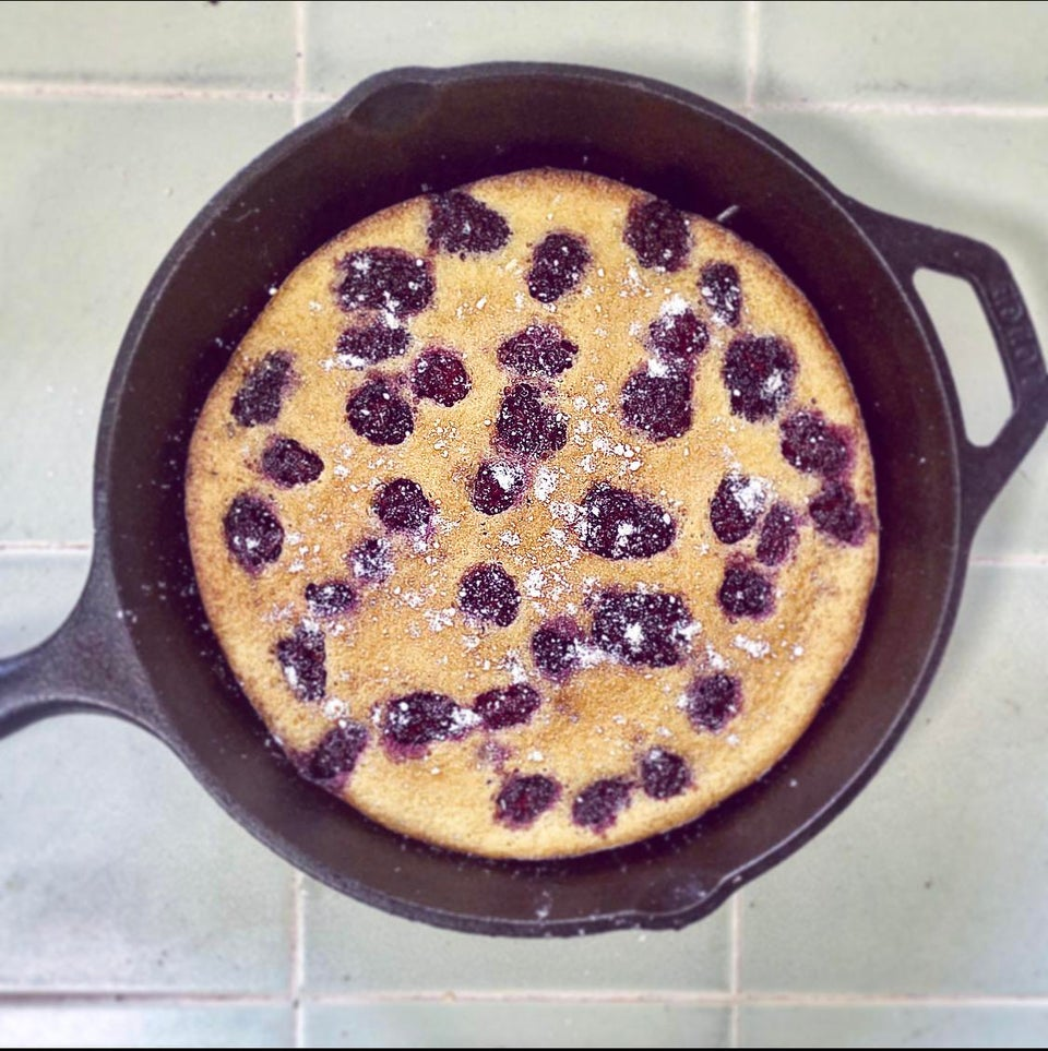 Французский пирог клафути с ежевикой