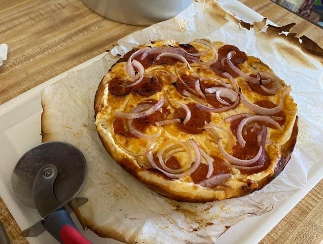 Пицца с моцареллой и пепперони