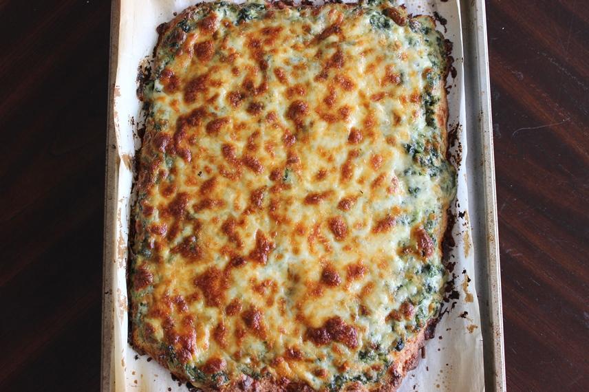 Сырная пицца со шпинатным соусом