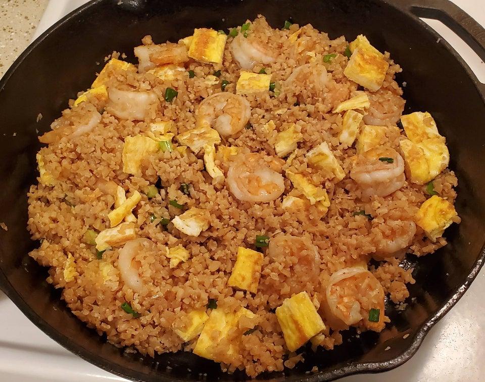 Жареный рис из капусты с креветками
