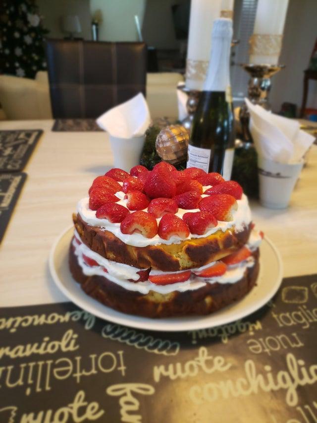 Миндальный пирог с маскарпоне и ягодами