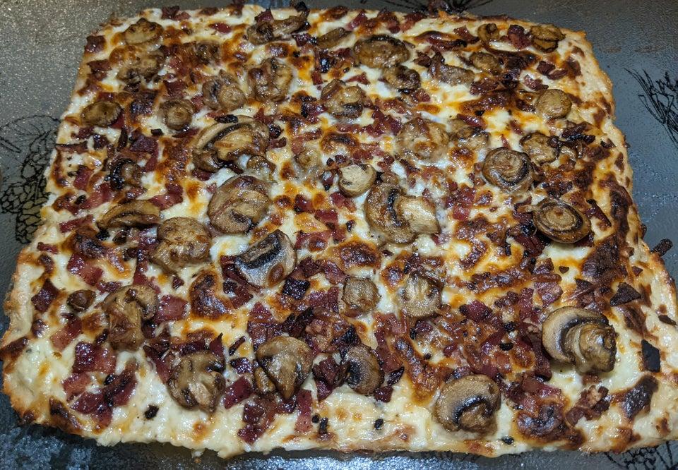 Пицца Альфредо с курицей, беконом и грибами