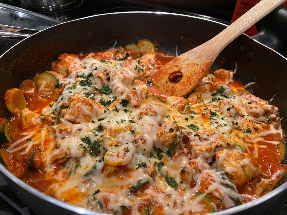 Тушеная курица с овощами и сыром
