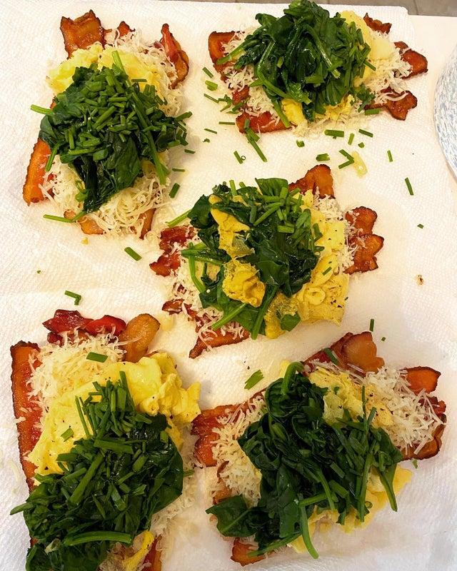 Кето рулетики из бекона с яйцами, шпинатом и сыром